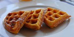 Quand vous faites des crêpes et des gaufres, faites-en toujours plus pour avoir des petits repas rapides pendant la semaine. Congelez les crêpes et gaufres sur une plaque à cuisson. Une fois congelées, mettez-les dans des sacs de congélation. Pour les réchauffez, un petit coup de micro-ondes (ou même au grille-pain pour les gaufres) et voilà !