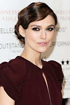 KEIRA KNIGHTLEY embraced two of spring/summer most prevalent trends last night, sporting both a retro hair look and metallic smoky eyes for the UK premiere of her new film, A Dangerous Method. Celebrity Hairstyles, Trendy Hairstyles, Wedding Hairstyles, Red Carpet Updo, Keira Knightley Hair, Shot Hair Styles, Look Vintage, Everyday Hairstyles, Love Hair