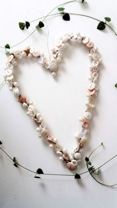 A heart from buttons and pearls Pearl Necklace, Beaded Necklace, About Me Blog, Buttons, Pearls, Jewelry, Jewellery Making, String Of Pearls