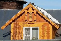 Картинки по запросу солярные орнаменты в архитектуре Wood Carving Art, Cottage, Cabin, Windows, Architecture, House Styles, Wooden Houses, Home Decor, Buildings
