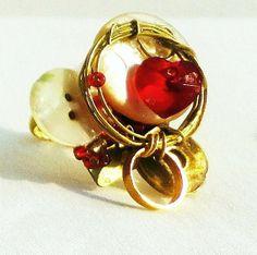 bague esprit baroque doré et rouge montée sur bouton de nacre anciens serti d'un cœur en cristal Swarowski : Bague par m-zellemarie-oz