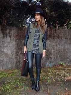 Pantalón negro+Camiseta print camuflaje+Parka combi