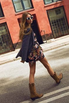 Parisian Women Have Been Wearing This One Boot Colour for Decades - ჩემი სტილი - Summer Boots Outfit, Winter Boots Outfits, Casual Boots, Camping Outfits For Women, Western Outfits Women, Look Fashion, Fashion Outfits, Womens Fashion, Fashion 2017