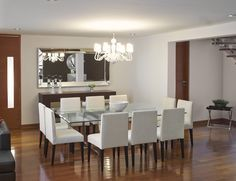 Vista desde la sala hacia el comedor. Resalta la luminaria suspendida y el espejo Nápoles. #asesorialivingdesign #interiordesign