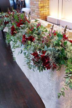 クリスマス近くの卓上装花。 深い赤の大きな花は、 ダリアの黒蝶といいます。 当日朝、セッティングに伺ったら、 お母様の手作...
