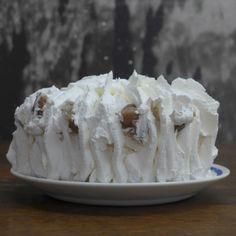 Torta de merengue castaña decorada por Esperanza Dittborn