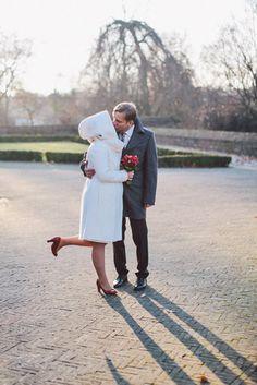 Wintermantel für die Braut mit großer Kapuze aus elfenbein farbener Schurwolle (www.noni-mode.de - Foto: Nancy Ebert)