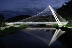 santiago calatrava rio barra bridge rio de janeiro brazil designboom. supporting the bridge's deck, a gleaming white steel arch rises to a height of 70 meters