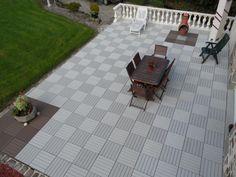 Idée déco avec cette terrasse en dalles composites clipsables, blanc cassé et brun exotique.