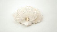 SICILIA: Peineta hecha con distintos materiales como encaje francés, shantung de seda y aplicaciones de perlas japonesas y pluma de ganso.
