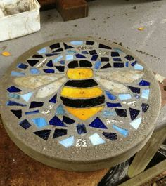 5 Ways to Make DIY Stepping Stones Molds - - Making your very own DIY concrete stepping stones is an approach to make a different kind of art for the floor of your garden area. Stepping stones are important for having the option to move all t…. Mosaic Rocks, Stone Mosaic, Mosaic Glass, Stained Glass, Rock Mosaic, Mosaic Birdbath, Pebble Mosaic, Concrete Stepping Stones, Mosaic Stepping Stones