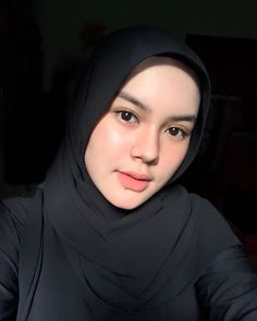 Beautiful Hijab Girl, Beautiful Muslim Women, Modern Hijab Fashion, Hijab Fashion Inspiration, Casual Hijab Outfit, Hijab Chic, Hijabi Girl, Girl Hijab, Cute Selfie Ideas
