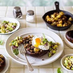 Weekend breakfast idea, Mushrooms topped with Meat-free, Soy-free Mince Hash and topped with a soft poached egg. Search for the recipe on the Crush website at the link in our bio. Quorn Recipes, Vegetarian Recipes, Healthy Recipes, Healthy Food, Steak And Mushrooms, Stuffed Mushrooms, Light Recipes, Food Photo