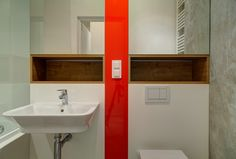 Klasyczna biała łazienka z akcentem czerwonego paska pomiędzy umywalką a toaletą. Bathroom Inspiration, Bathroom Medicine Cabinet, Sink, Home Decor, Google, Sink Tops, Vessel Sink, Decoration Home, Room Decor