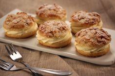 Bienenstich ist ein traditioneller Hefeteigkuchen, der auf der Oberseite einen Belag ausMandel-, Zucker-, Honig-,Obermasse hat,die beim Ba...