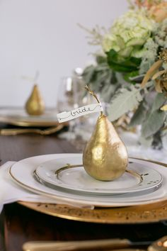 Gold Inspiration: Not only are edible favors on trend, but so are gold details. Try gold-dipped pears as a luxurious (and yummy) place card and favor. Photographed by Erin Johnson Photography Metallic Wedding Theme, Gold Wedding, Wedding Table, Tipi Wedding, Wedding 2015, Trendy Wedding, Wedding Place Settings, Wedding Place Cards, Wedding Stuff