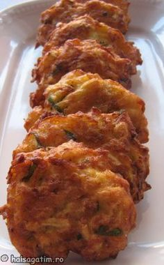 Chiftelute de dovlecei - zucchini fritters Baby Food Recipes, Gourmet Recipes, Vegan Recipes, Cooking Recipes, Vegetable Dishes, Vegetable Recipes, Good Food, Yummy Food, Romanian Food