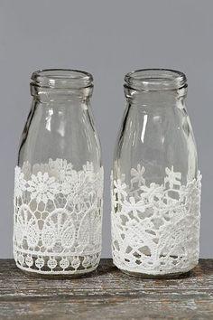 レースを貼り付けると、アンティークな雰囲気。 花瓶や小物入れとして、また、スティックタイプのお香を入れるための瓶としてもおすすめです。