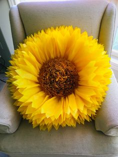Huge paper sunflower, beautiful for sunflower themed parties, wedding decor, graduation, event decor and photo backgrounds #displaywindow #giantsunflower #windowdisplay #shopwindowideas #hugesunflower #paperflowers #yellowflowers #papersunflowers Sunflower Party Themes, Sunflower Birthday Parties, Sunflower Centerpieces, Sunflower Cupcakes, Paper Decorations, Birthday Decorations, Wedding Decorations, Decor Wedding, Wedding Ideas
