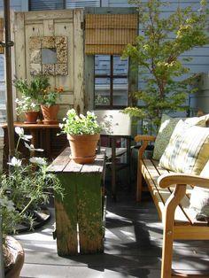Vintage-Balkongestaltung mit gebrauchten Möbeln und Waren