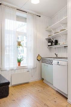 Sjarmerende, romslig og lys leilighet med god atmosfære. Leiligheten består av entré med garderobesystem, soverom, alkove, bad, stue og kjøkken. Takterrassen er en oase og er lite i bruk av andre, da mange av leilighetene i gården har balkong. Sommeren burde derfor nytes på takterrassen som har svært gode solforhold. Enerhaugen ligger sentralt i hjertet av Oslo med kort gangavstand til sentrum ...