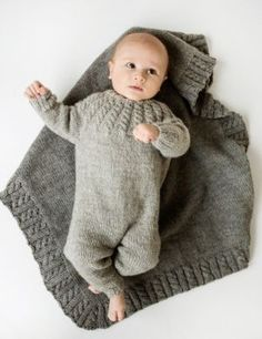 Hel dress og teppe i Eco Wool fra Dale Diy Crafts Knitting, Knitting For Kids, Knitting For Beginners, Baby Knitting Patterns, Knitting Designs, Baby Patterns, Tricot Baby, Baby Barn, Butterfly Kids