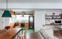Esta sala de jantar projetada pelo arquiteto Felipe Hess tem um visual neutro, com leves toques de cor. As cadeiras que acompanham a mesa de madeira são da Herrero Antiquário  (Foto: Fran Parente/Editora Globo)