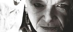 """Haastattelu 2013 Annikin Runofestivaalin amerikkalaisesta esiinyujävieraasta Anne Waldmanista. """"Beat-sukupolven supertähti""""  Runous on voima, joka ravisuttaa. Sanat syöpyvät mieleen tai joskus ne vain kulkevat kuulijan läpi.    Yhtä kaikki, lopputuloksena on oivallus, ihastus tai joskus inhon tunne. Runous tuntuu koko kehossa, siksi se on parhaimmillaan lausuttuna tai kuunneltuna. Vuoroin kovaan ääneen huudettuna, vuoroin kuiskattuna. Eläytyen ja kiivaasti hehkuttaen."""