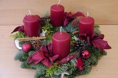 Christmas Wreaths, Christmas Decorations, Xmas, Christmas Ornaments, Christmas Table Centerpieces, Table Decorations, Natal Diy, Advent Wreath, Pillar Candles