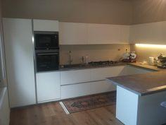 Cucina One80 di Ernestomeda in melaminico bianco con banco penisola www.magnicasa.it #magnicasa #arredamentiarezzo