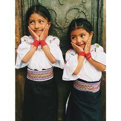 Tiani y Yalisha son dos bellas niñas otavaleñas, nos visitaron el otro día con sus papás, quienes son proveedores nuestros desde hace muchísimos años. Las blusas fueron bordadas por la madre .
