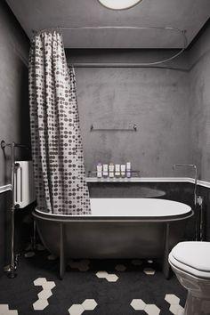 Industrialne, wanna wolnostojąca z zasłoną prysznicową - Wnętrze - Zainspiruj się z Foorni.pl