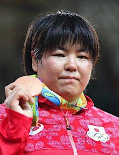 銅メダルと山部 :フォトニュース - リオ五輪・パラリンピック 2016:時事ドットコム
