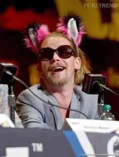 PHOTOS - Macaulay Culkin ne passe pas inaperçu avec ses lunettes mouche et ses oreilles rose.