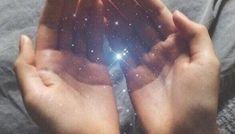 Ce signe qui montre que ton âme de guérisseur se réveille | Les nouveaux guérisseurs, libérer son potentiel énergétique et intuitif Les Chakras, Energie Positive, Yoga Journal, Signs, Universe, Hands, Instagram, Dalai Lama, Zen