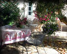 provence garden French Courtyard, French Patio, Plane Tree, Provence Garden, Houses In France, Outside Patio, Romantic Images, Outdoor Spaces, Outdoor Decor