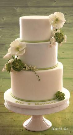 Hochzeitstorte mit weißem Mohn und Sukkulenten - Wedding cake white poppies and succulents - Astrid Ro's Werkstatt