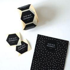 HIP HIP HURRAY! Weil so viele von euch gefragt haben, bieten wir unser Verpackungsmaterial, das wir für eure Einkäufe verwenden, jetzt auch zum Kauf an! Diese Aufkleber machen jedes Geschenk noch …
