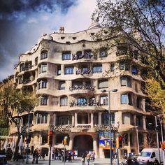 La Pedrera (Casa Milà) in Barcelona, Cataluña Barcelona City Tour, Barcelona Catalonia, La Pedrera, Stone Facade, Antoni Gaudi, Unique Buildings, Best Sites, Travel Memories, World Heritage Sites