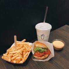 "2,690 Likes, 4 Comments - 투투 김지우 🎁 (@zoopeach) on Instagram: ""오랜만에 내가 좋아하는 햄버거 🍔🍟"""