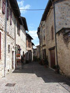 Castelnau-de-Montmiral: prachtige plein met arcades in de Tarn Arcade, Secret Gardens