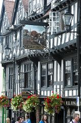 Ludlow is a market town in Shropshire, England Amazing Buildings, Old Buildings, Timber Buildings, Ancient Buildings, British Pub, British Isles, England And Scotland, England Uk, Uk Pub