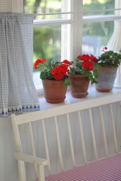 Tie all the loose ends - Home & Decor - UnderbaraClara Decor, Wooden Sofa, Cool Rooms, Red Geraniums, Cottage Inspiration, Pretty Decor, Cottage Interiors, Grandmas House, Red Houses