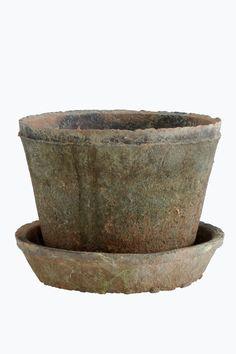 Kruka och fat av keramik med vackert patinerad finish. Höjd på krukan ca 12 cm. Ø ca 16 cm. Fat, Ø ca 16 cm.<br><br>Krukan och fatet är av handgjord keramik och kan därför skilja något i färg och storlek. <br><br>