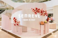 Senreve launches its first standalone pop-up in Hong Kong as part of its Asia roadshow. Stand Design, Display Design, Booth Design, Boutique Cuir, Fashion Store Display, Hotel Lobby Design, Jewelry Store Design, Architecture Concept Drawings, Store Window Displays