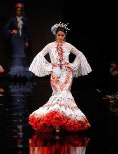 «Anhelo Flamenco» es una colección en la que predominan las formas asimétricas con distintas pinceladas de texturas y una amplia gama de colores en sus estampados (J. M. Serrano / Raúl Doblado)