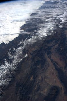 The Southern Andes. Pie di Palo mountains bottom right, near San Juan, Argentina, -31.535238,-68.531342, looking north and to Chilean coastline south of Antofagasta and clouds creeping onto the land near Coquimbo, Chile. pic.twitter.com/YRY4VWiZ5m Picture: Astronaut Karen Nyberg