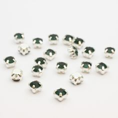 perles strass sertis x20 carrés vert sombre 5x4mm à coudre, enfiler ou coller
