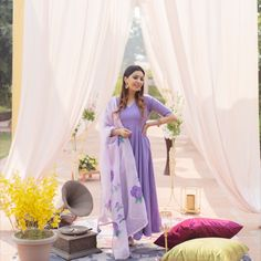 Indian Gowns Dresses, Pakistani Dresses, Casual Indian Fashion, Suit Styles, Indian Designer Suits, Blues Clues, Ethnic Outfits, Dress Indian Style, Saree Look