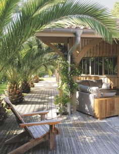 Une jolie maison typique du Cap Ferret, avec son alignement de palmiers qui donne un côté exotique à ce morceau de côte Atlantique.